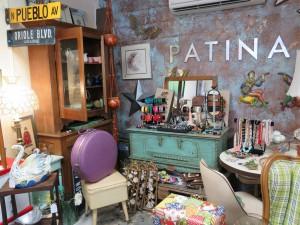Patina est une magnifique boutique située sur Main Street à Dunedin. Vous y trouverez des antiquités et des cadeaux rigolos sur le thème de la Floride.