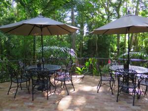 Le patio de l'abbaye St. Nicholas est un magnifique endroit où déguster le rhum qu'on y sert.