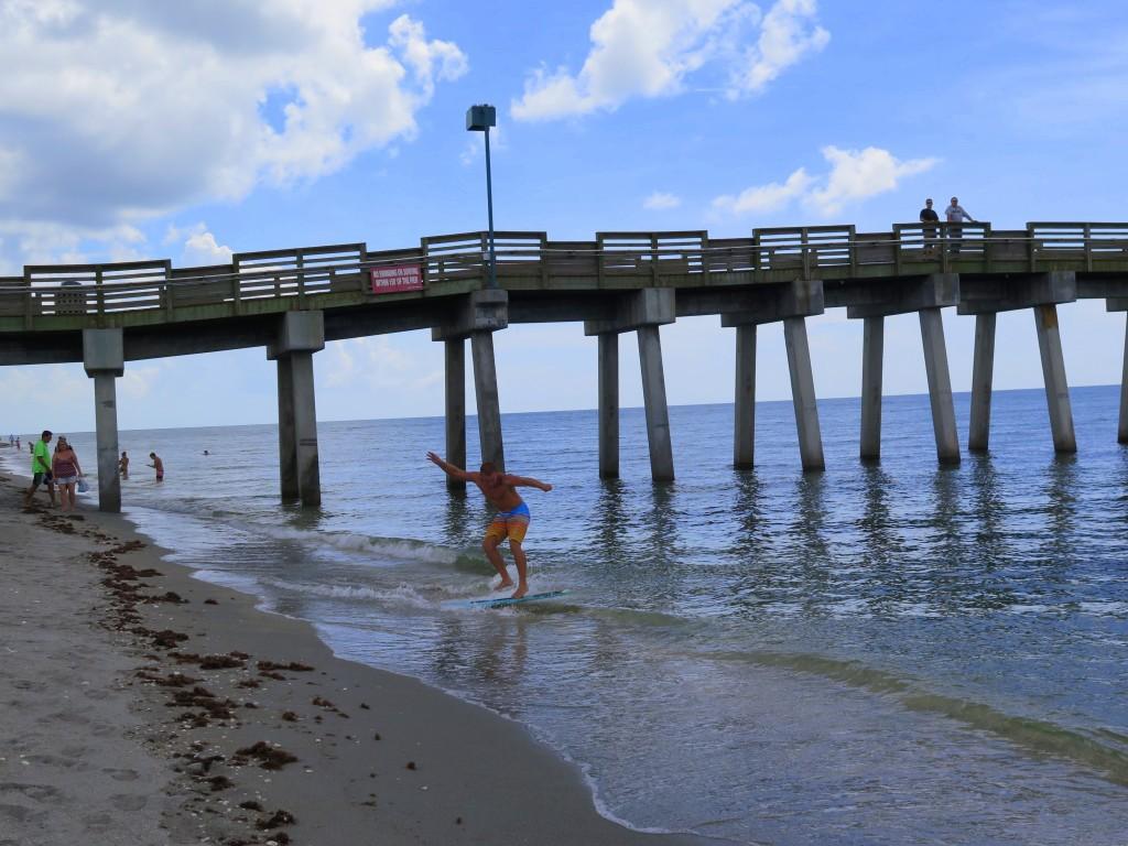 Venice Beach est un excellent endroit pour nager, faire du skimboard et découvrir des dents de requin rejetées sur la rive.