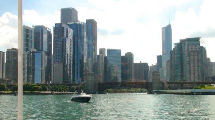 Vue de la silhouette de Chicago depuis la fenêtre avant d'un bateau d'excursion architecturale.