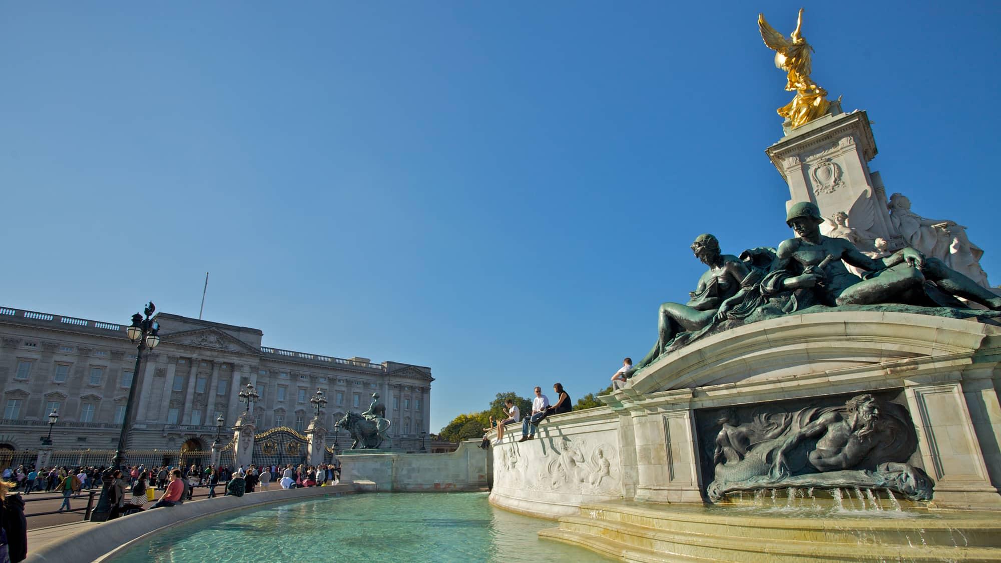 Buckingham Palace fountain in London